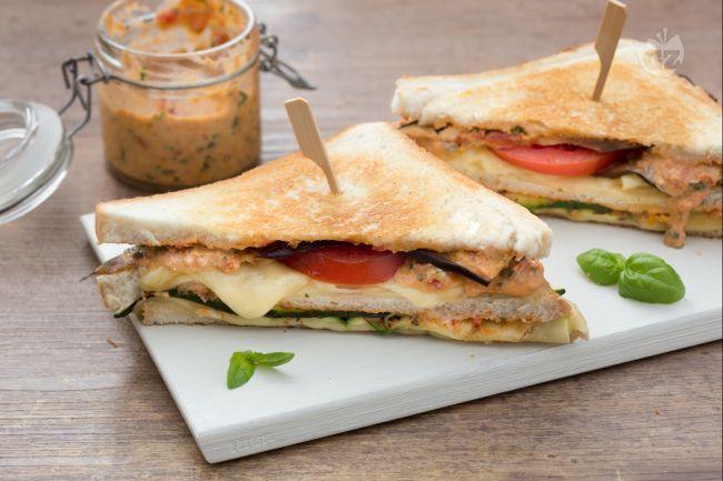 Il toast vegetariano è un sandwich fragrante e succulento,  ricco di verdure è perfetto per uno spuntino  spezza fame o per un pranzo veloce!