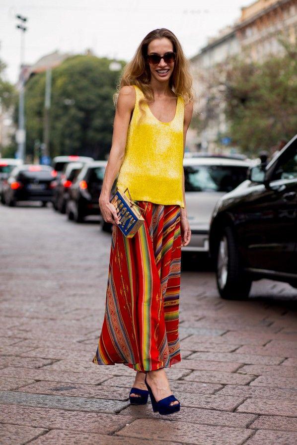 Streetstyle Mailand – Fashion Trend Rainbow: Kunstvolle Farbflashs sind jetzt auf Kleidung und Accessoires zu sehen. Trauen sie sich doch an ein farbgewaltiges Stück mit Blickfang-Garantie. Rainbow-Styles zum Nachshoppen gibt es hier.