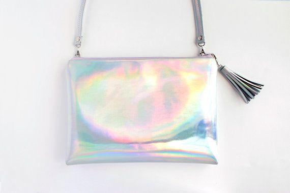 Sac à bandoulière arc en ciel avec bandoulière amovible et fermeture à glissière couleur personnalisable.  Vous pouvez utiliser ce sac comme un embrayage ou en bandoulière. Ce sac est fait à la main spécialement pour vous, choisissez la fermeture éclair de couleur que vous aimez, même si le tissu est le même, chaque couleur de fermeture à glissière donne un ton totalement différent dans le sac, c'est magique!!!   Dimensions: 10 x 7 (18 x 25cm) sangle de sac 43(110cm) Matériel…