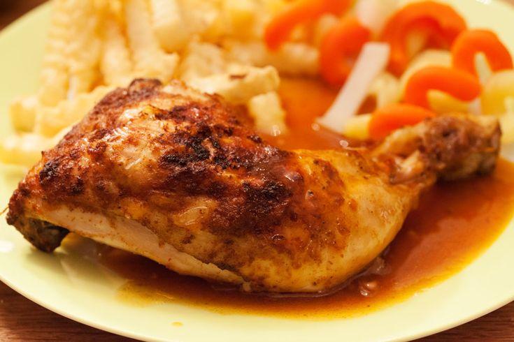 Knusprige Hähnchenschenkel im Ofen mit einer einfach zubereiteten würzigen Sauce, selbstgemacht, ohne dass wir auf Saucenpülverchen oder ähnliches zurückgreifen müssten: Unter die marinierten Hähnchenschenkel wird während des Backens ein wassergefülltes Backblech geschoben, Bratensaft, Fett und die Gewürze der Marinade mischen sich darin zu einer hervorragenden Sauce. Die einzige Schwierigkeit besteht darin, dafür zu sorgen, dass...Read More »