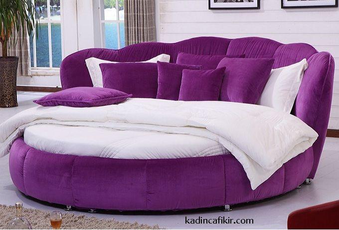 Yatak odası, ismini bile içerisinde mutlaka yatak barındırmasından alan bir ev bölümüdür. Dolayısı ile, yatak odası mobilyalarınızın en önemli parçası tabi ki yatak olacaktır. Romantik, Modern Yatak Odaları İçin Yuvarlak Yatak Modelleri ile yatak odasında yumuşak bir hava yaratabilirsiniz. Bunun Feng Shui denilen, eskilere dayanan Çin ev eşyası yerleşimleri felsefesinde basit bir açıklaması da bulunuyor. Feng Shui'ye göre, yuvarlak şekilleri evlerimizde tercih etmeliyiz ki, enerji serbest...