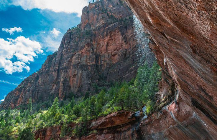 Achter een waterval in Zion Nationaal Park, Utah
