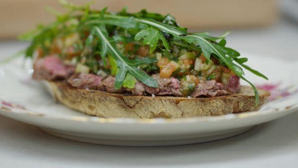toast met gegrilde steak en groentensalsa (dagelijkse kost)