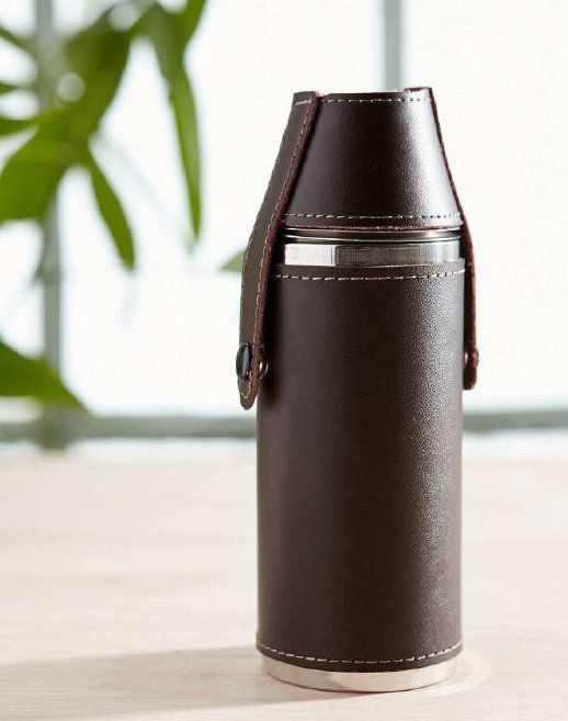 Praktický set nerezové láhve se dvěma kalíšky je ideálním řešením, jak mít na cestách svůj bar při ruce. Láhev má kožené pouzdro a odepínacím víčkem se připevňují kalíšky k láhvi pro skladnější rozměr.