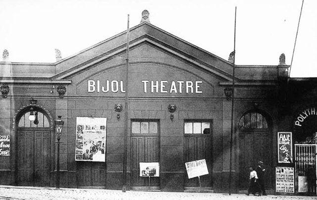 1909 - Cine Bijou Theatre - Primeiro cinema de São Paulo. Inaugurado em 16 de novembro de 1907. Seus fundadores foram os empresários Francisco Serrador e Antônio Gadotti e localizava-se na rua São João, no centro da cidade de São Paulo. Foto reprodução do livro Pontes de José Alfredo Vidigal, São Paulo de Piratininga, página 168.