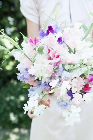 Mooi één soort bloemen (latyrus?) in het boeket, maar in verschillende kleuren. Geeft eenheid