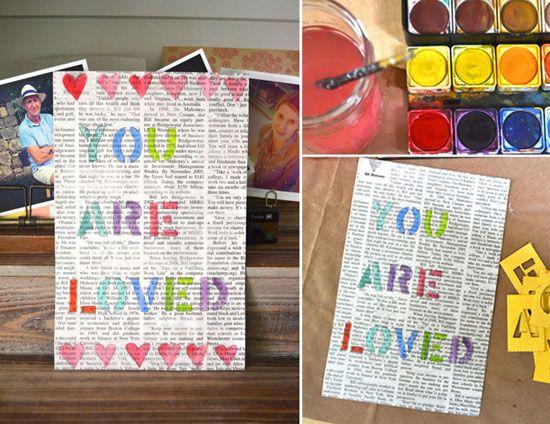 gekleurde letters op krant