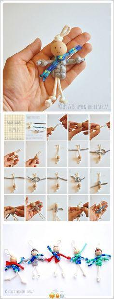 poppetje van grote kraal en dik garen of touw                              …