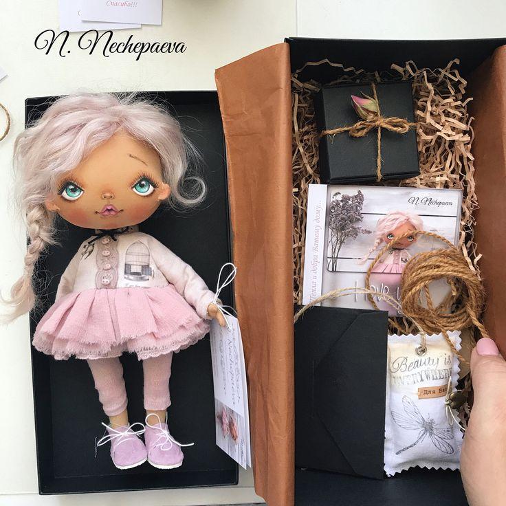 🌸🌸🌸Добрый день, мои дорогие!!!  Тем, кто ждёт и хочет купить одну из этих кукол #нуиликомукакповезёт#можетидве#такоебывает сообщаю - ЗАВТРА 16 августа в 12:00 (время московское) начну публиковать новые фотографии с описанием и ценой. Кто первый оставит комментарий (любой, буква тоже считается) - в тот дом и отправится кукла. Публикации будут с небольшим интервалом, чтобы я сразу могла ответить первому комментатору.  Листайте фотографии - там упакована одна из кукол. В таком виде Вы…