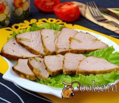 Филе индейки запечённое в духовке Филе индейки запечённое в духовке - отличная закуска для праздничного стола. Я приготовила эту закуску на день рождения мужа. Часть мяса я использовала для нарезки, а часть пошла в салат. Филе индейки — 500 г; Масло оливковое — 2 ст.л.; Соус соевый — 3 ст.л.; Соль — 2 ч.л.; Чеснок — 3 зуб.; Перец чёрный молотый (по вкусу) ; Прованские травы, базилик, куркума (по вкусу) ;