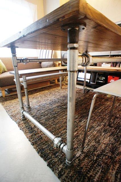 独りで組み立て可能なテーブルの脚を配管で作る。