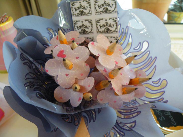 le cadeau de la maîtresse, un bouquet de stylos et de bons points ;)