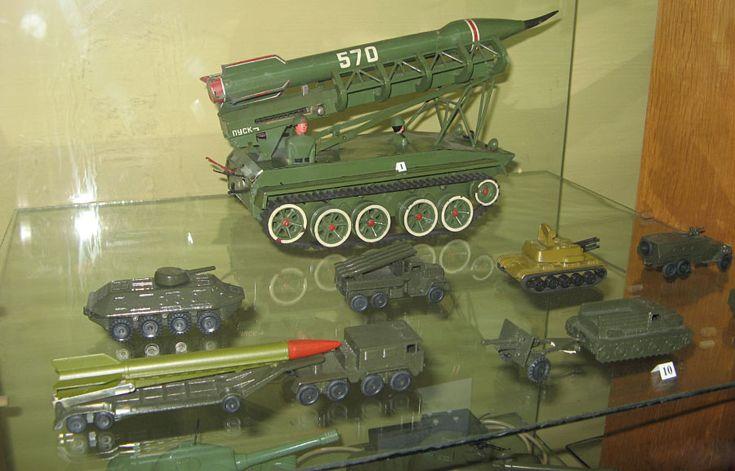 машинки из пластмассы или жести, грузовики и гоночные машинки, танки и другая военная техника