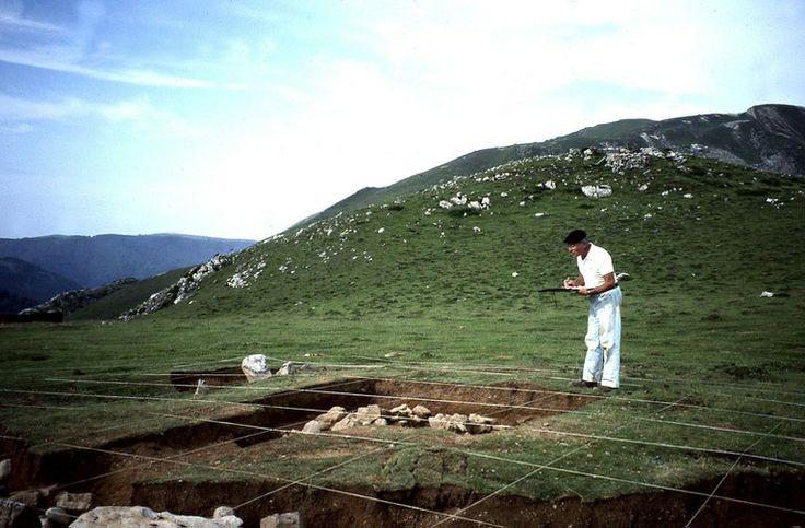 Jacques Blot arkeologoak bere artxiboak Akitaniako Drac-ari eskaini dizkio   L'archéologue Jacques Blot fait don de ses archives à la DRAC Aquitaine