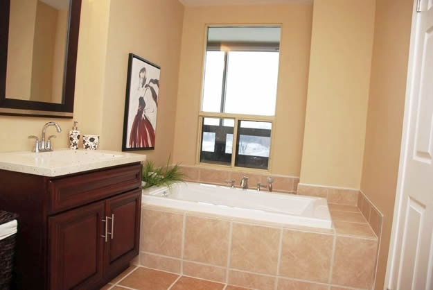 LDI - Tuxedo Condo Bathroom 2of3