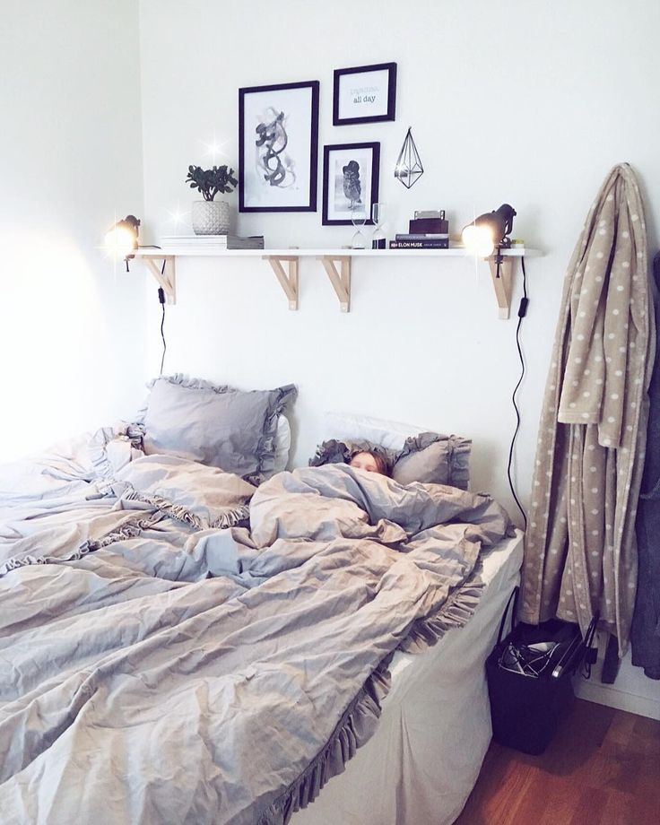 ℰftersom vi i vår familj prioriterar att yngst har störst rum resulterar detta till att jag & Simon har världens minsta sovrum! ℳen vem säger att litet inte kan vara mysigt?! ✨ _______________________________________________ . . #inspo #inspirationoftheday #decor #decoration #home #homestyling #homedecor #princess #interior #interiordesign #art #architecture #style #mitthjärta #mammashjärta #älskling #scandinaviandesign #scandinavia #nordichomes #nordicdesign #nordicdecor #hem #familj…