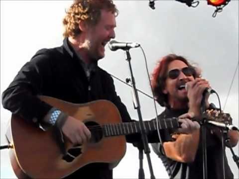 Glen Hansard and Eddie Vedder - Falling Slowly - I can't begin to describe how much I love this. Tears. Love, love, love….sigh*