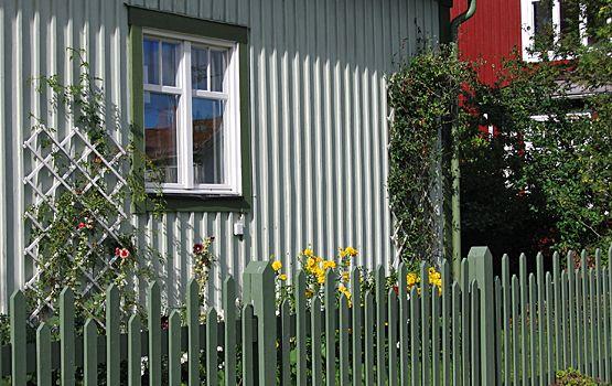 Grönmålat spjälstaket i stil typisk för 1900-talets början. Foto: Lena Tengnér, Västerbottens museum.