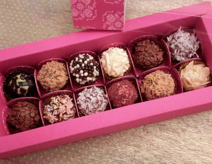 Caixa degustação com 12 brigadeiros gourmet elaborados com chocolate em barra ou gotas. Sabores sortidos. Os confeitos de chocolate são da marca belga Callebaut.