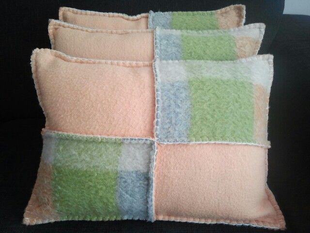 Kussens gemaakt van oude wollen dekens.