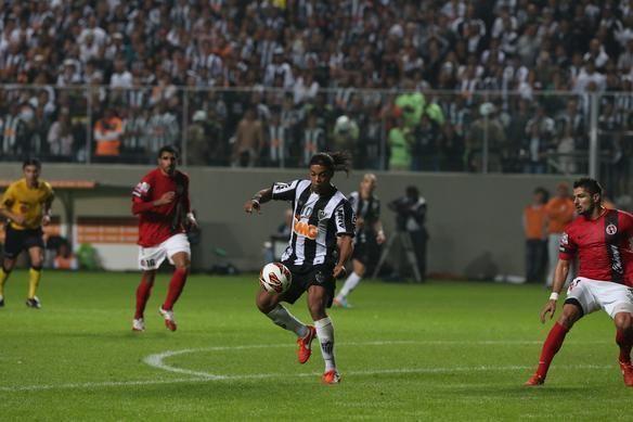 Bem marcado, Ronaldinho viu o Atlético conquistar dramática classificação à semifinal da Copa Libertadores. Goleiro Victor pegou pênalti aos 48 minutos do segundo tempo