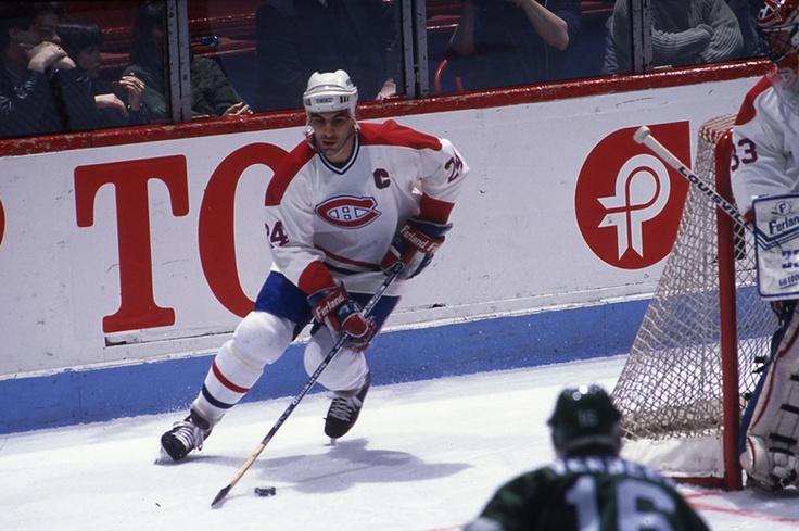 Chris Chelios (C) : À sa dernière saison (1989-1990) avec le Canadien, Chelios devient cocapitaine de l'équipe en compagnie de Guy Carbonneau. Il fut également capitaine des Black Hawks de Chicago durant quatre années, mais aussi de l'équipe nationale américaine aux jeux Olympiques de Nagano (Japon 1998), Saly Lake City (États-Unis 2002) et  Turin (Italie 2006). Médaillé d'argent olympique en 2002 à Salt Lake City, il a aussi remporté la Coupe du monde en 1996.