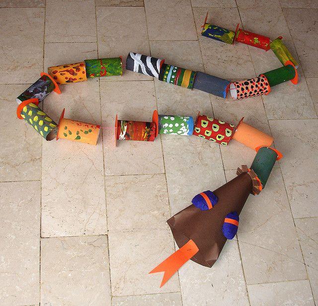 """""""Na Natureza, nada se cria, nada se perde, tudo se transforma"""", não é mesmo? Olha que legal essa cobra feita com rolos de papel higiênico. Brinquedo super simples pras crianças que adoram trabalhos manuais (e qual não gosta?)"""