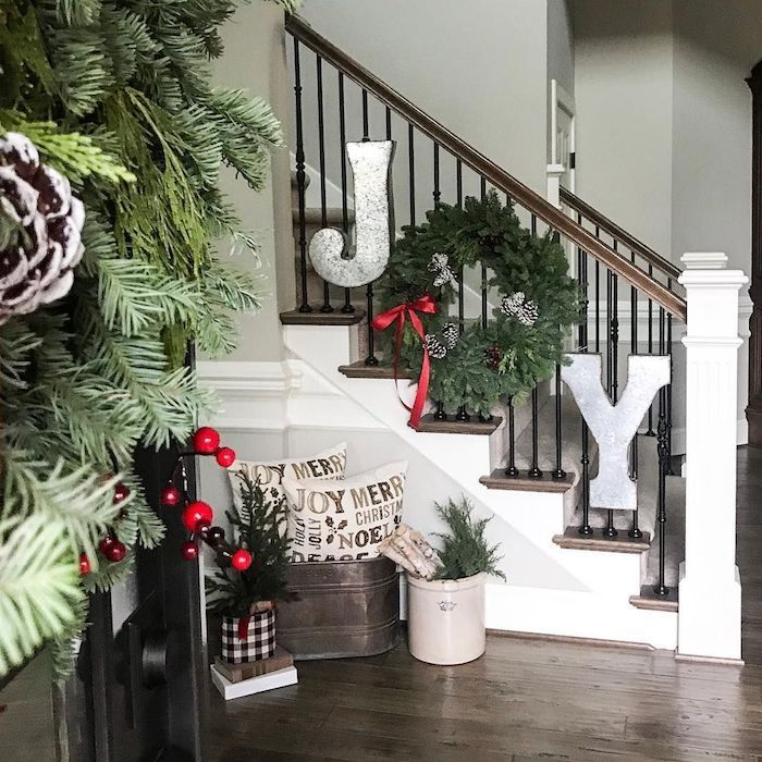 JOY Sign Staircase Decor für Weihnachten via @sag…