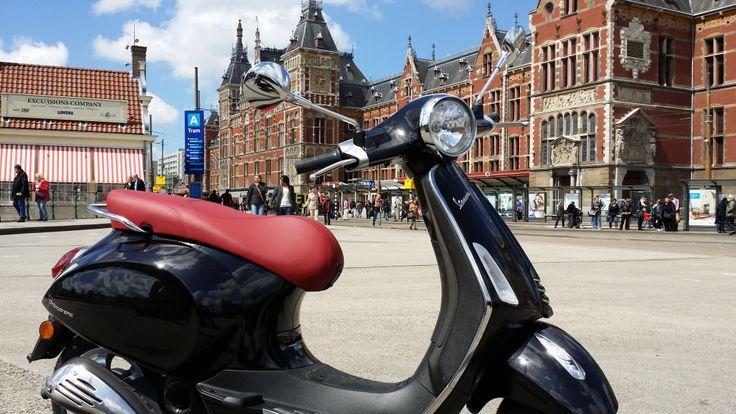 Vespa Primavera bij scooterking. http://www.scooterkingonlinewinkel.nl/Vespa-primavera-scooter  Centraal station Amsterdam