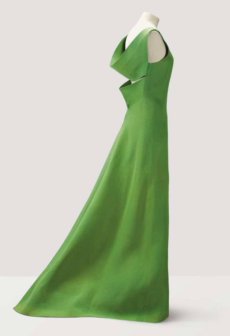 PIERRE CARDIN HAUTE COUTURE, 1962 A GREEN GAZAR EVENING GOWN WITH SLASH-EFFECT REAR BODICE AND TRAINED SKIRT