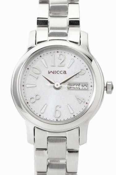 WICCA KH3-410-11  WICCA KH3-410-11 19440 CITIZEN WICCA(ウィッカ)より ソーラーテック搭載のデイデイトつきモデルのご紹介です どんなときも女の子の気分を上げキラキラさせてくれる 旬のカワイイがいっぱい詰まった腕時計です!!! 長く使えるベーシックデザイン デイデイト機能も付いて実用性に優れた機能とデザインを兼ね備えています のびやかなアラビアフォントのインデックスが視認性を保ちつつ さりげなくかわいい印象を与えてくれます 新生活を迎えるフレッシャーズにもおすすめのモデルです!! ソーラーテック 太陽や部屋の光などで充電可能 定期的な電池交換がいらないエコな腕時計です 素材ステンレス ムーブメントソーラー 防水性5気圧防水 保証書について 保証書は購入明細書納品書と合せて保管していただきますようお願いします 修理の際は保証書と購入明細書納品書を合わせてご提出ください