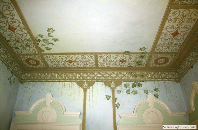 struttura in ferro -particolare del soffitto e del sovrapporta.