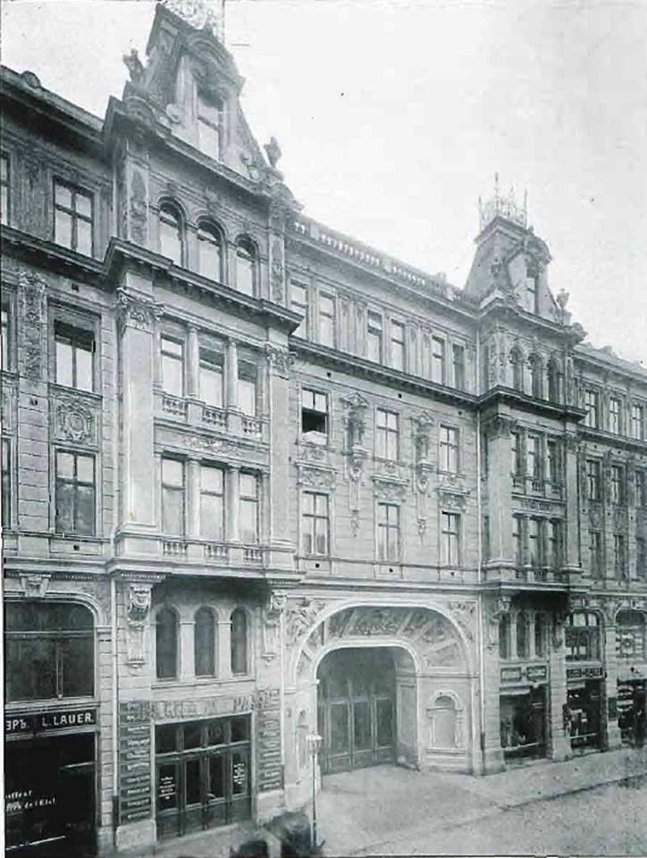 """Dom Dochodowy Warszawskich Teatrów Rządowych wzniesiono na początku XX wieku na rogu ulic Wierzbowej i Trębackiej. Widok od ulicy Trębackiej. Źródło zdjęć: Numery """"Przeglądu Technicznego"""" z roku 1906 oraz NAC."""