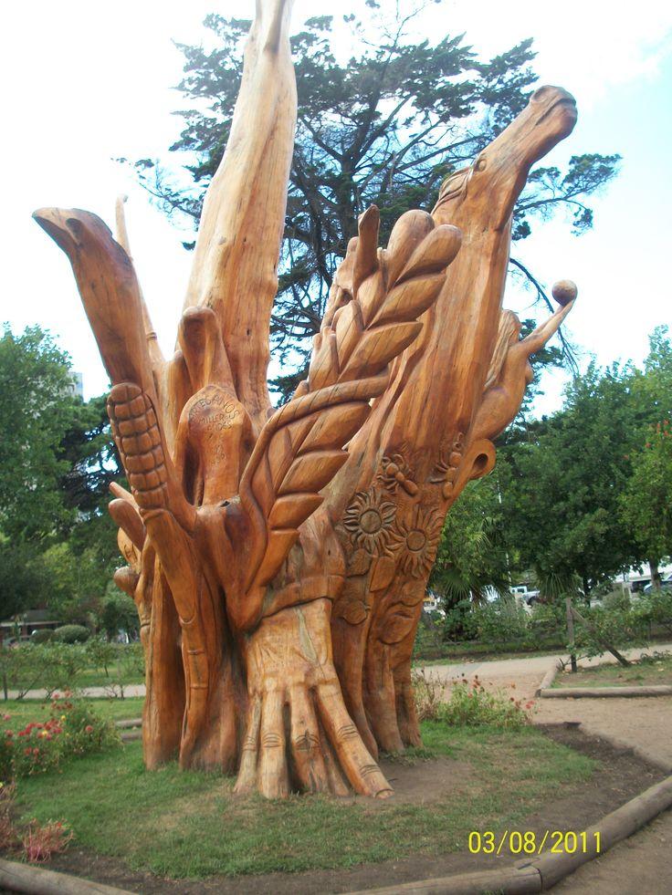 Plaza de Miramar. Argentina, Árbol tallado que representa a la Madre Naturaleza y a sus hijos.