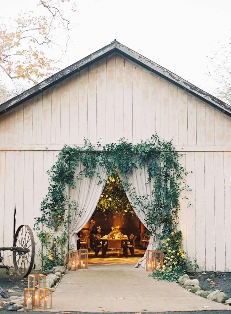 Greenery infused wedding venue   Photography: Michael Radford - http://www.michaelradfordphotography.com/