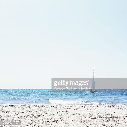 Foto stock : Scenic View Of Sea And Beach Against Clear Sky