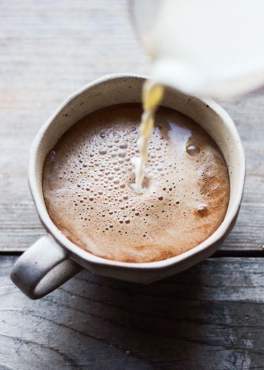 How to Make Mocha 1/3 cup caffé, 1/2 cup latte, 1 cucchiaino abbondante sciroppo d'acero, 2 cucchiaini cacao un goccio di panna
