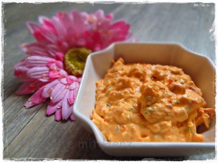 1 Knoblauchzehe 1/2 Bd. Petersilie 100 g Feta Käse 30 g Ajvar, mild  1/2 TL Salz 200 g Frischkäse    Knoblauch und Petersilie in den Mixtopf geben udn 3 Sek. / Stufe 8 zerkleinern.  Schafskäse zugeben