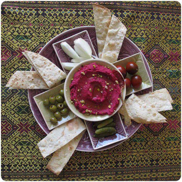 Kleiner Mezzeteller mit Pistazien – Rote Bete Hummus | Rambutan, Granatapfel & Orangenblüte