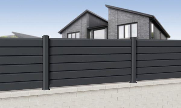 La clôture PVC se met elle aussi au gris anthracite ! Possibilité de finition aspect bois