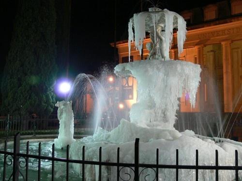 """Fuente """"La Lola Mora"""" en la Universidad Nacional del Sur, día de invierno totalmente congelada."""