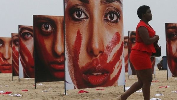 Brazilian Women Ramp up Fight Against Femicide with Open Data  An art installation on Rio de Janeiro's Copacabana beach calls attention to femicide and the culture of gender violence in Brazil. | Foto: Reuters