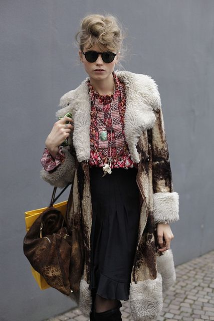 Crushing on this girl's style. Love the fur trimmed jacket and messy 50s inspired hair.