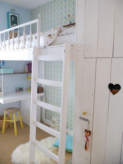 Slaapkamer met bureau onder het bed en oude gietijzeren trapspijltjes!