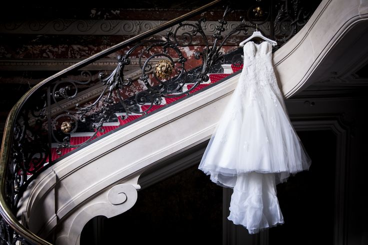 wedding dress// robe de mariage ; skiss ; stairs//escaliers ; hanged dress ; white//blanc  http://www.skiss.fr/