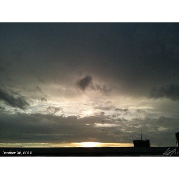 台風一過で風が心地良い。 #台風 #朝焼け#イマソラ#空#雲#フィリピン#朝日#daybreak#morning#sun#sky#clouds##philippines#tropical#storm#ofel#dark#predawn#chill#wind no more #typhoon