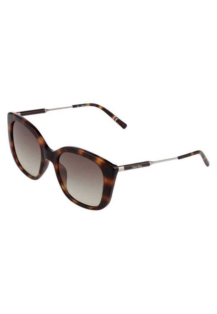 Calvin Klein. Sonnenbrille - brown . #sunglasses #sonnenbrillen #fashion #zalandoDE Breite:14.5 cm bei Größe 53. Bügellänge:14.0 cm bei Größe 53. Stegbreite:2.0 cm bei Größe 53. UV-Schutz:ja. Brillenetui:Hartschale. Muster:print
