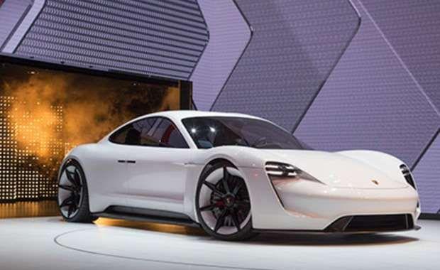 Porsche'un elektrikle çalışan konseptmodeli Concept Mission E, tek şarjla 500 kilometregidebiliyor. Aracın seri üretimine 5 yıl içinde başlanacak.