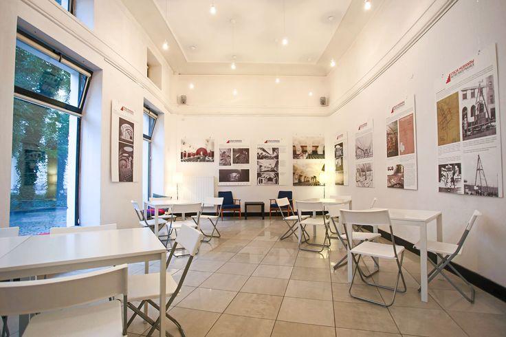 Sala główna ma powierzchnię 60 m². Wnętrze co miesiąc zmienia swój charakter, dzięki organizowanym wystawom. Zapewniamy obsługę cateringową, bezprzewodowy internet, nagłośnienie oraz rzutnik.