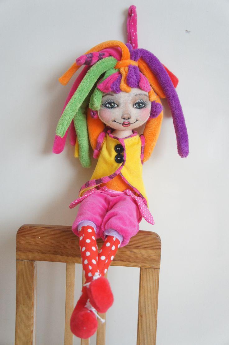 Fíha....tralala+Šitá+látková+panenka+inspirovaná+postavičkou+z+dětských+pořadů + +...+panenka+šitá+na+přání+...+ +...+tělíčko+++vlásky+++oblečky+z+baby+plyše+...+...+obličejík+++ruce+++nožky+++kapsičky+z+bavlněné+látky+...+...+ručičky+a+nožičky+pohyblivé;+připevněné+knoflíkem+...+...+malovaná+netoxickými+barvami+na+textil+(nezažehlovacími)+...+......